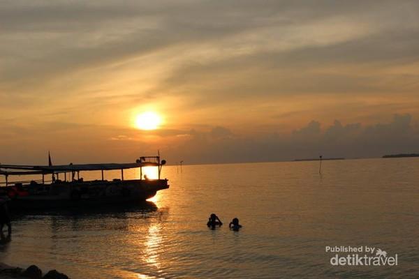 Setelah puas bermain bersama Nemo, traveler bisa menikmati sunset di pantai.
