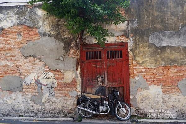 Lukisan seorang anak yang mengendarai motor tua.