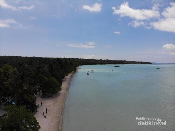 Karena berbentuk teluk, ini adalah sisi sebelah kiri menghadap pantai