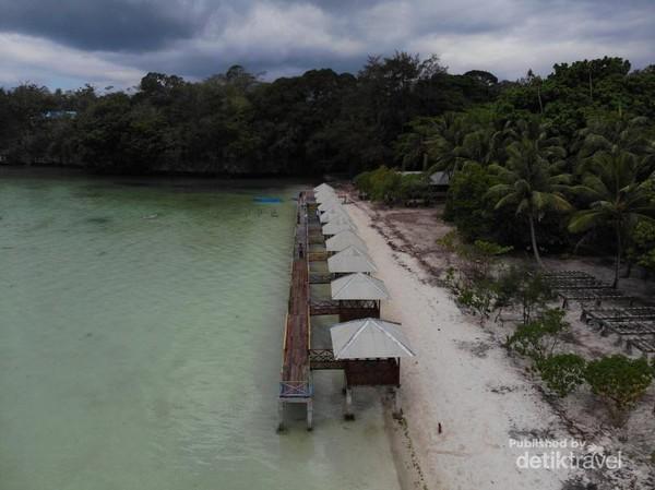 di salah satu sisi pantai Ohoideer ada gazebo yang berbentuk panggung tempat kita menikmati pantai sembari bersantai