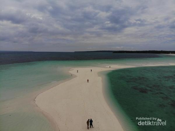 Pasir Timbul Ngurtavur ini di sampingnya air laut berwarna hijau tosca