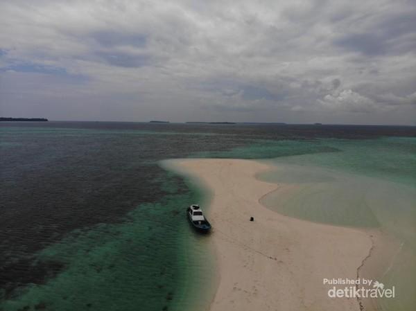 Untuk ke Pasir TImbul, kita bisa menumpangi speedboat yang bisa sandar di tepi Pasir TImbul