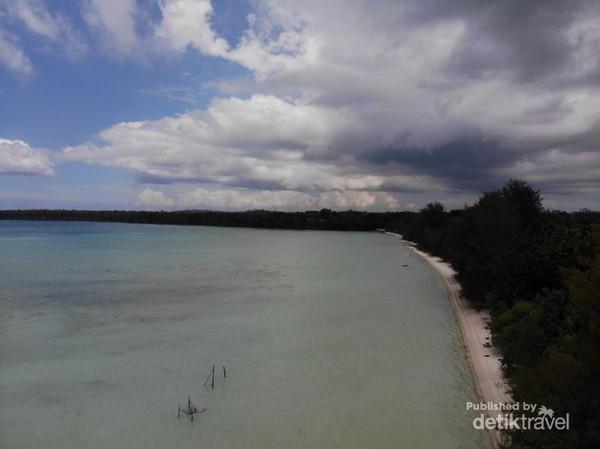 Pantai Ohoideer seperti teluk dan berpasir putih. Ini adalah salah satu sisi pantai Ohoideer. Ini adalah sisi sebelah kanan menghadap pantai