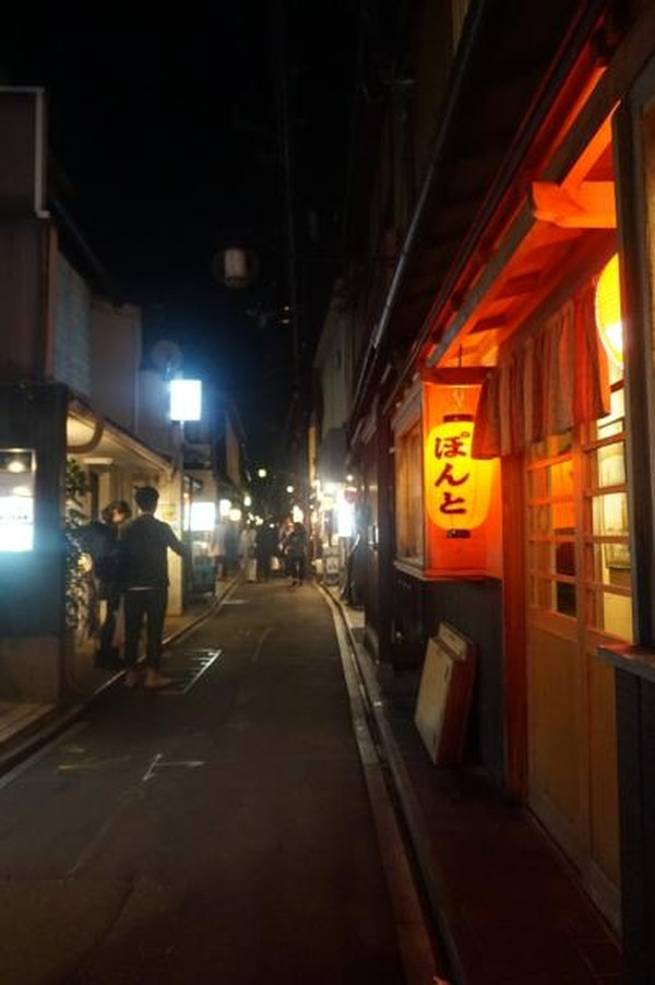 Gion berlokasi di sekitar Shijo Avenue, antara Yasaka Shrine di timur dan Kamo River di barat