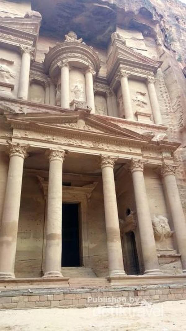 Tempat ini terletak di Negara Jordania dan salah satu cagar budaya yang dilindungi UNESCO.