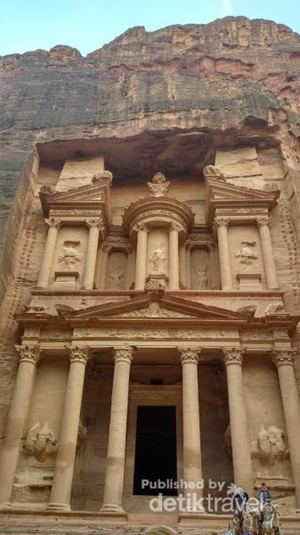 Petra adalah kota tua tempat bangsa Nabatean yang merupakan salah satu suku Arab kuno dan pernah hidup sebelum masehi.