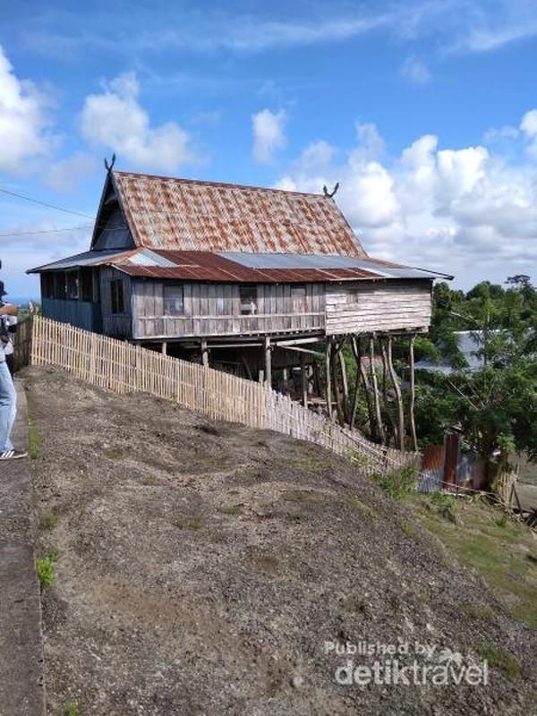 Sementara tiang penyangga rumah bagian depan tingginya sekitar 2-4 meter. Hal tersebut dikarenakan topografinya berbukit atau tidak rata, berada sekitar 500 MDPL, serta jenis tanahnya berupa batuan karang.