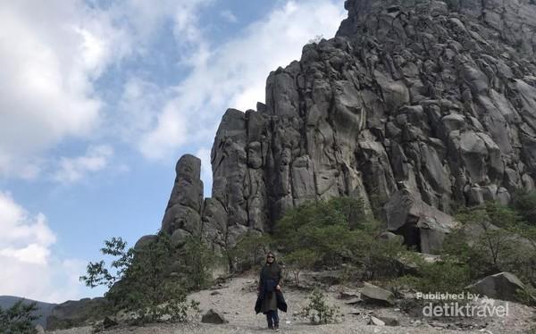Formasi batuan Puncak Gunung Sumbing di samping kawah.