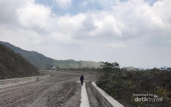 Sebagian kondisi jalan, di posisi terdekat Gunung Kelud, yang belum selesai dibeton.