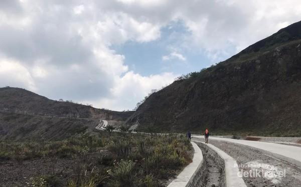 Sebagian akses jalan yang sudah dibeton separuh jalur.