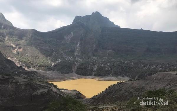 Penampakan kawah Gunung Kelud yang berwarna coklat dan bisa berubah warna menjadi hijau toska