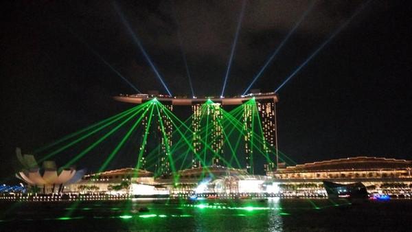 Malam harinya, jangan lewatkan pertunjukan Laser Show di Marina Bay Sands