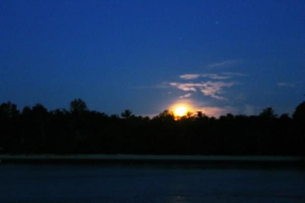 Bulan Purnama yang perlahan muncul