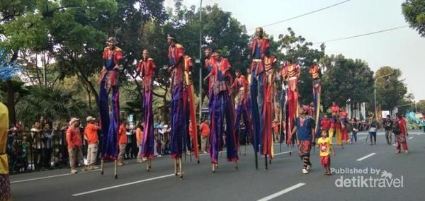 Sekelompok pemuda dengan trampil berjalan dengan menggunakan alat bantu sejenis enggrang turut meramaikan karnaval.