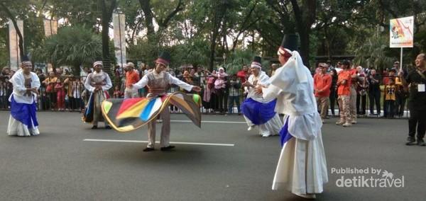 Salah satu penampilan peserta karnaval yang cukup menarik  perhatian penonton.
