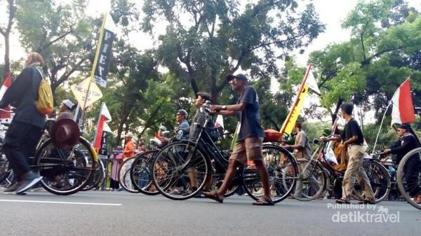 Selain parade peserta yang berjalan kaki , juga terdapat pawai kendaraan hias , mulai dari sepeda , sepeda motor dan mobil.