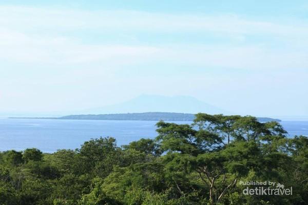 Pulau Menjangan pun terlihat dengan jelas di seberang sana