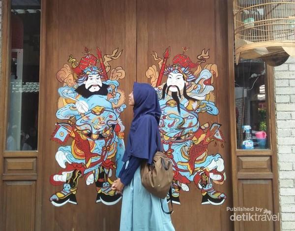 Berfoto depan pintu