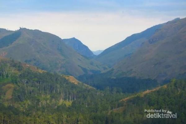 Dari Puncak pausada kita bisa melihat Gunung-gunung yang mengelilingi kota Maubisse