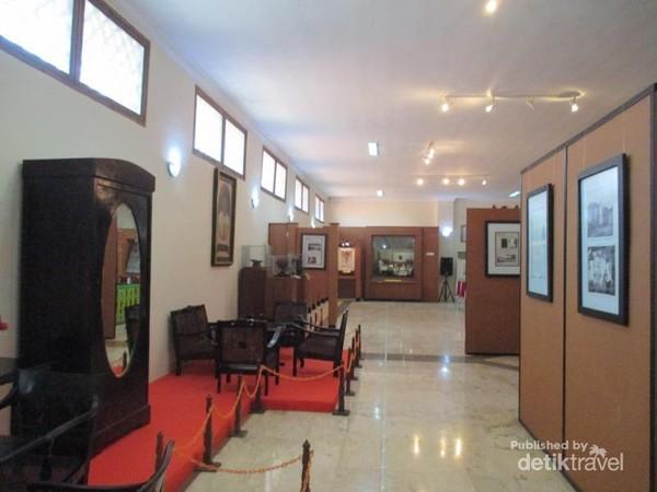 Lemari dan kursi koleksi museum MH Thamrin.