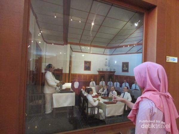Diorama MH Thamrin sedang berpidato di Gementee Raad Batavia.