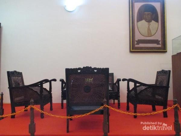 Koleksi kursi yang pernah digunakan MH Thamrin.