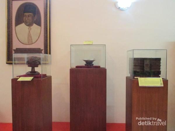 Radio, blangkon dan piring antik koleksi museum MH Thamrin.