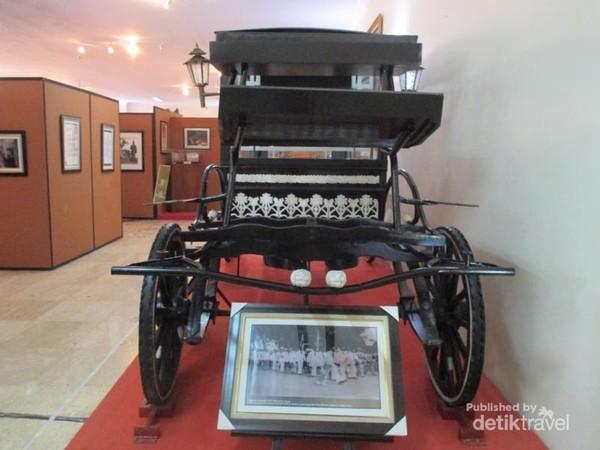 Replika kereta kuda yang digunakan untuk mengantar jenazah MH Thamrin.
