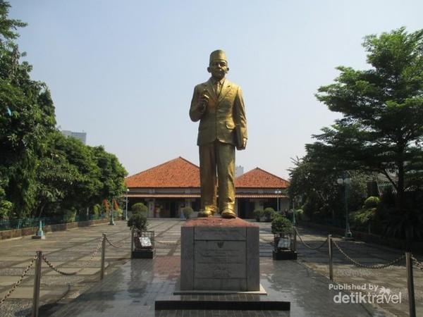 Patung emas MH Thamrin di halaman museum.