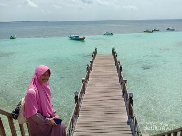 Saya berpose di salah satu spot cantik pantai Tanjung Bira