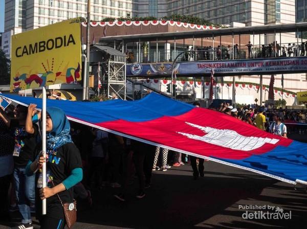 Bendera raksasa anggota ASEAN sebagai pembuka jalan.