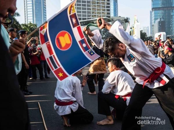 Tak lupa, atraksi pencak silat, dari generasi muda Indonesia.