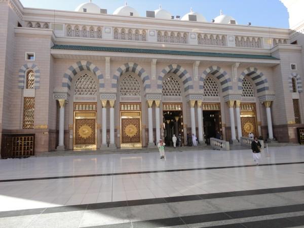Megahnya pintu masjid Nabawi