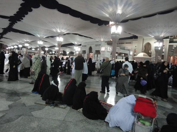 suasana sholat di masjid nabawi