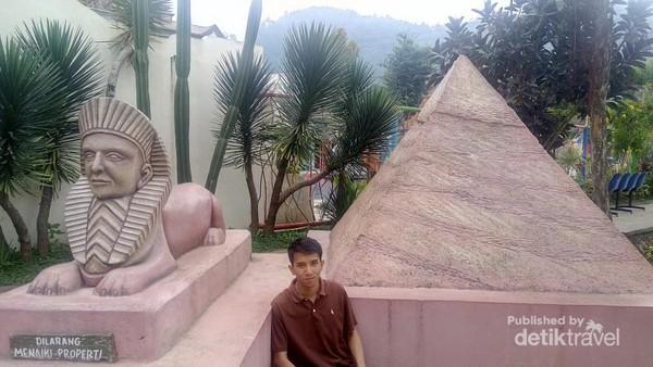 Miniatur piramida dan sphinx, Mesir