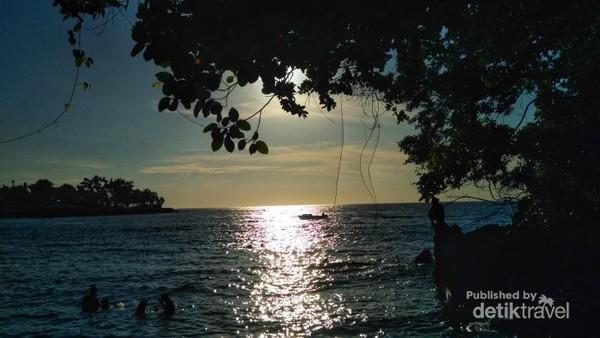 Suasana sunset dari Pantai Jikomalamo bikin adem saat melihatnya saja