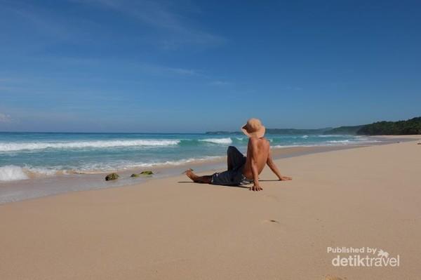 Bikin betah lama-lama bersantai di pantai ini.