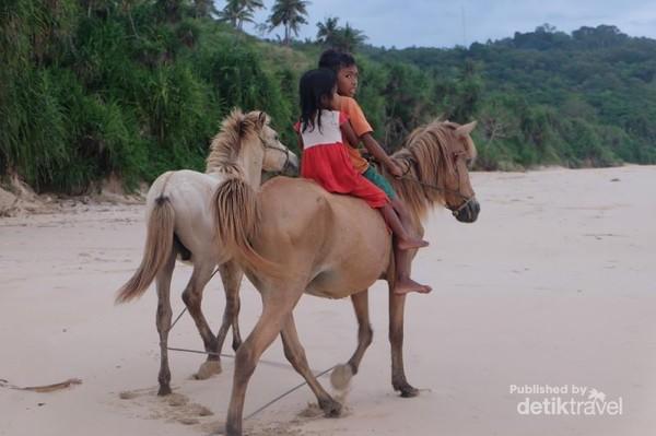 Anak-anak Sumba dengan kudanya bisa kita temui disini.