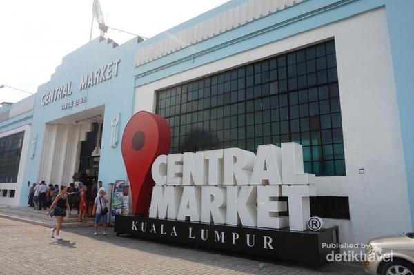 Central Market menjadi tujuan para pelancong untuk memburu souvenir khas Malaysia