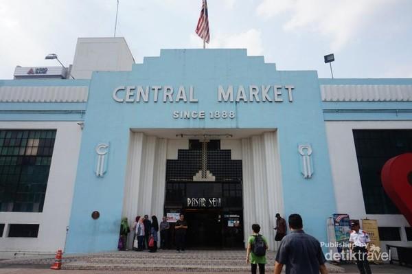 Bangunan Central Market memiliki gaya art deco dengan warna biru khas di dinding pintu masuk