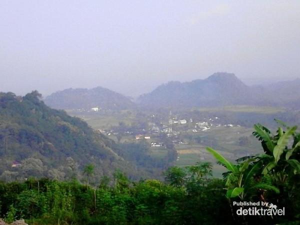Melihat Pemukiman penduduk di Gunung Gamping