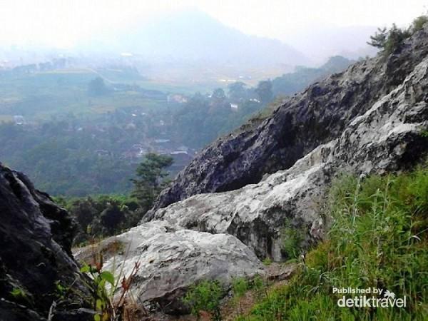 Pesona Gunung Gamping di sampingnya bukit-bukit