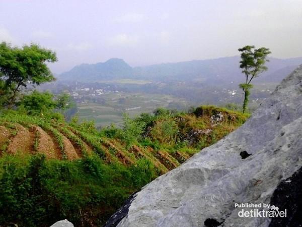 Pemandangan di sekitar Gunung Gamping  ini biasanya dikeruk untuk tambahan bahan bangunan.