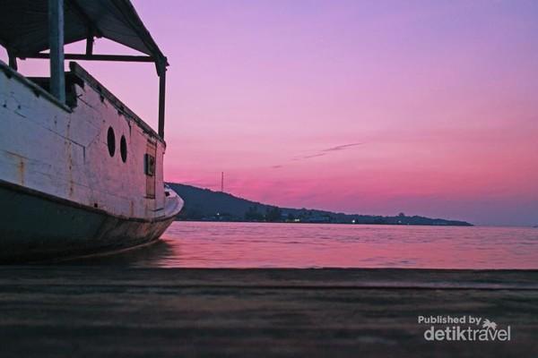 pukul 05.20 pagi, langit Karimun Jawa tampak berwarna ungu kemerahan, pemandangan pagi yang sungguh luar biasa tepat sebelum check out dari rumah apung untuk pulang ke Kota asal