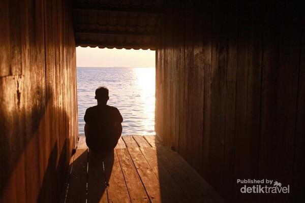 Ketika senja dibalik koridor rumah apung Kita bisa melihat sang surya beserta pantulan sinarnya perlahan turun lalu menghilang menuju dasar lautan