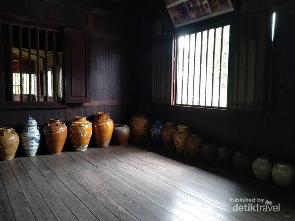 Deretan koleksi guci di sudut Istana Kuning.