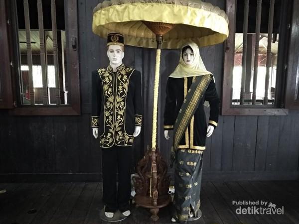 Pakaian khas Kesultanan Kotawaringin.