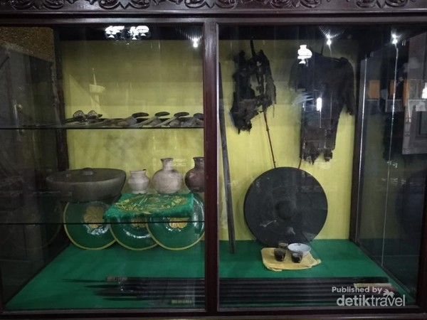 Koleksi gong, senjata dan baju besi yang digunakan untuk berperang.