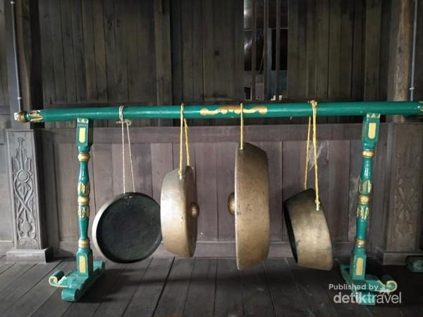 Koleksi gong di sudut Istana Kuning.