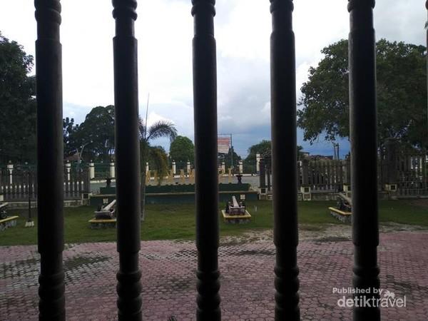 Koleksi meriam kuno di halaman depan Istana Kuning.